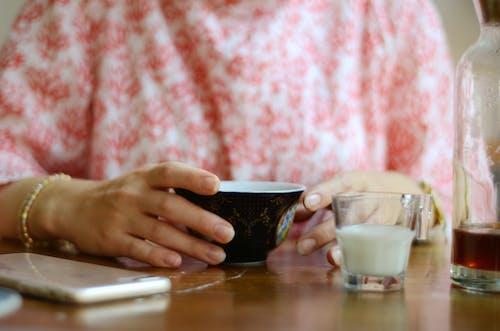 Ilmainen kuvapankkikuva tunnisteilla Aamiainen, aamu, älypuhelin, henkilö