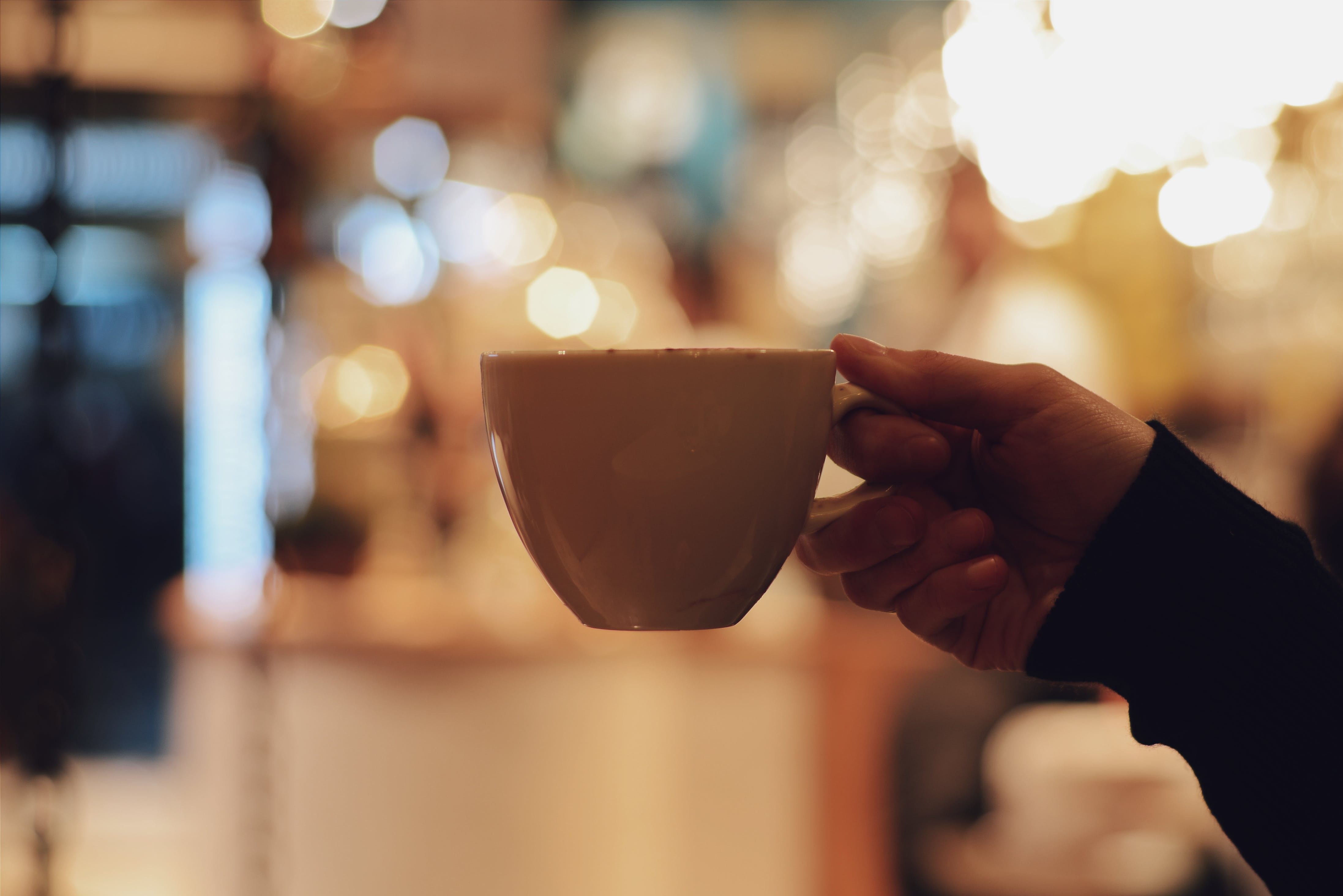 Kostenloses Stock Foto zu festhalten, flacher fokus, hand, kaffeebecher