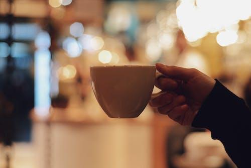 Základová fotografie zdarma na téma držení, hloubka ostrosti, hrnek na kávu, keramický hrnek