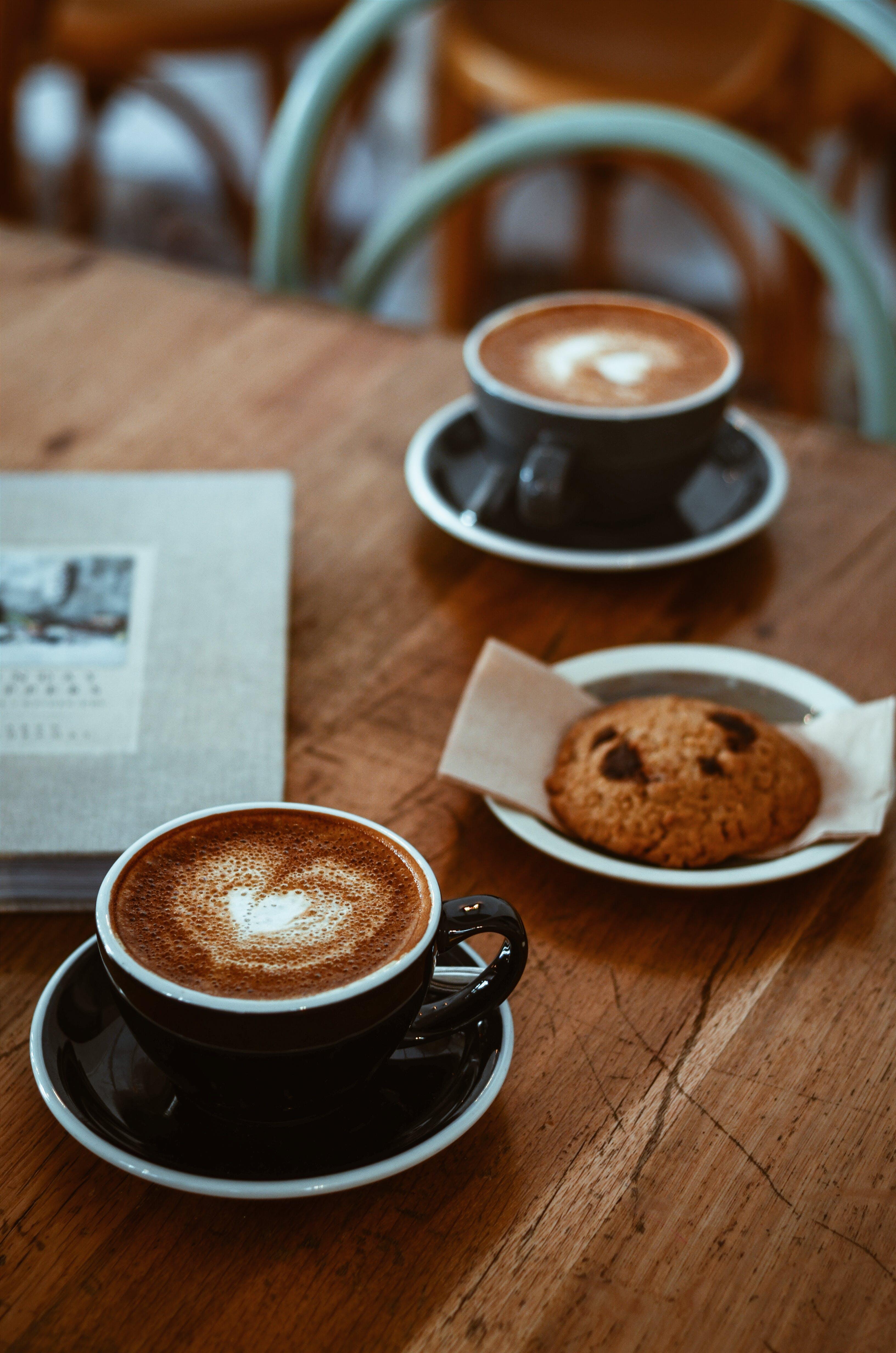Kostenloses Stock Foto zu becher, cappuccino, cookie, espresso