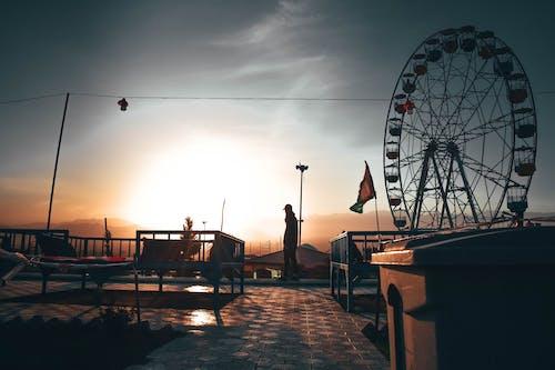 açık hava, adam, akşam karanlığı, altın rengi Güneş içeren Ücretsiz stok fotoğraf