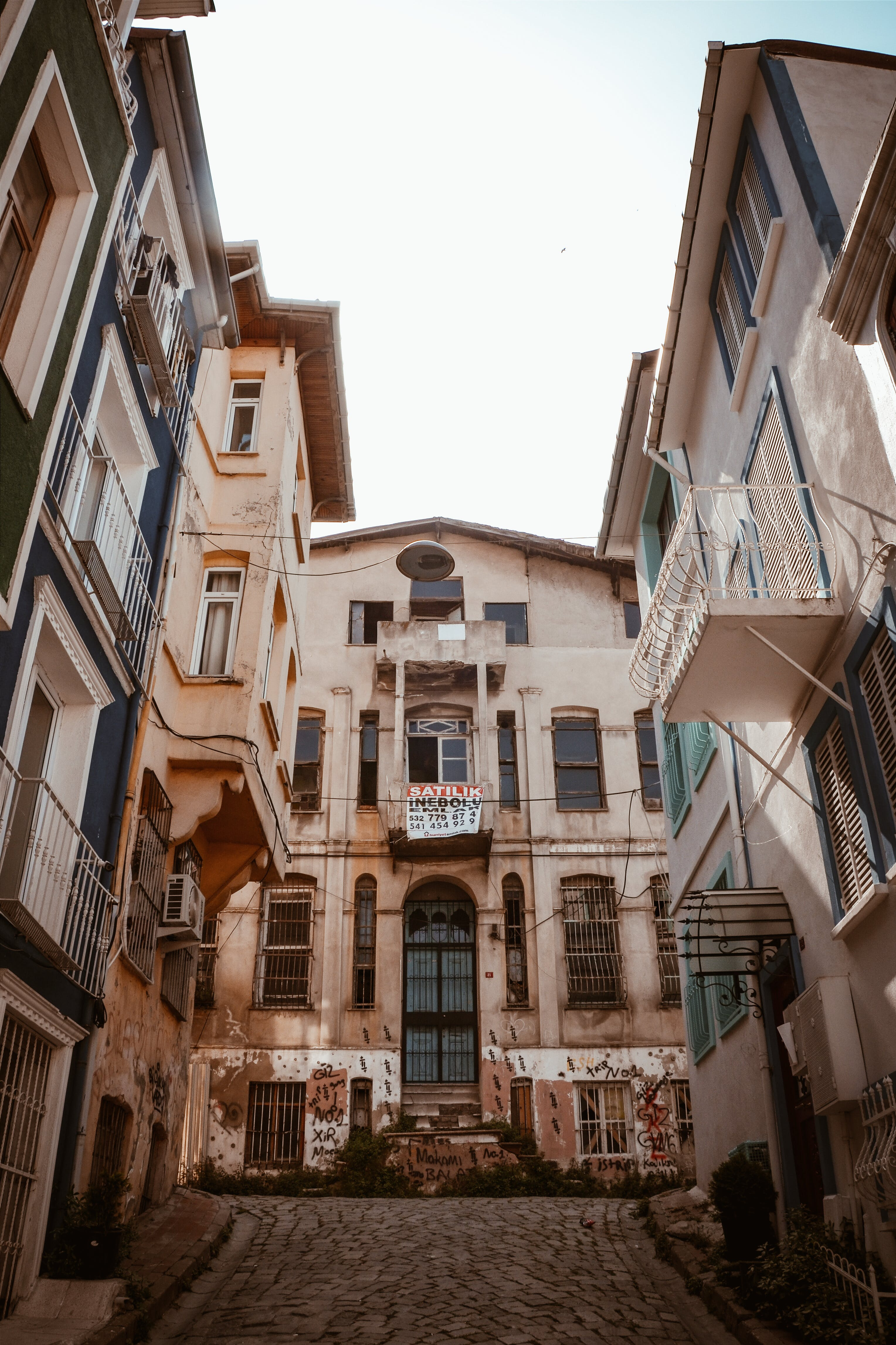 Foto d'estoc gratuïta de a l'aire lliure, arquitectura, balcons, carrer