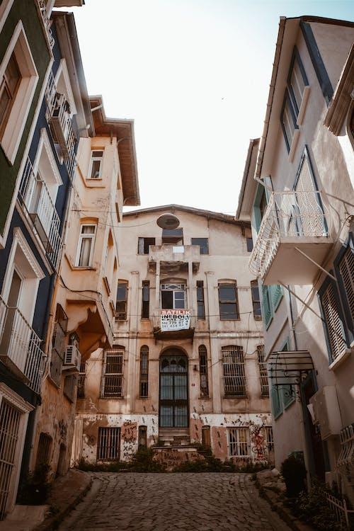 Gratis arkivbilde med arkitektonisk design, arkitektur, balkonger, brosteinsgate