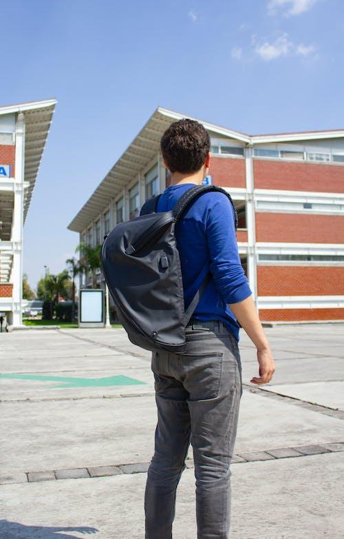 Безкоштовне стокове фото на тему «персона, піший туризм, початкова школа, рюкзак»