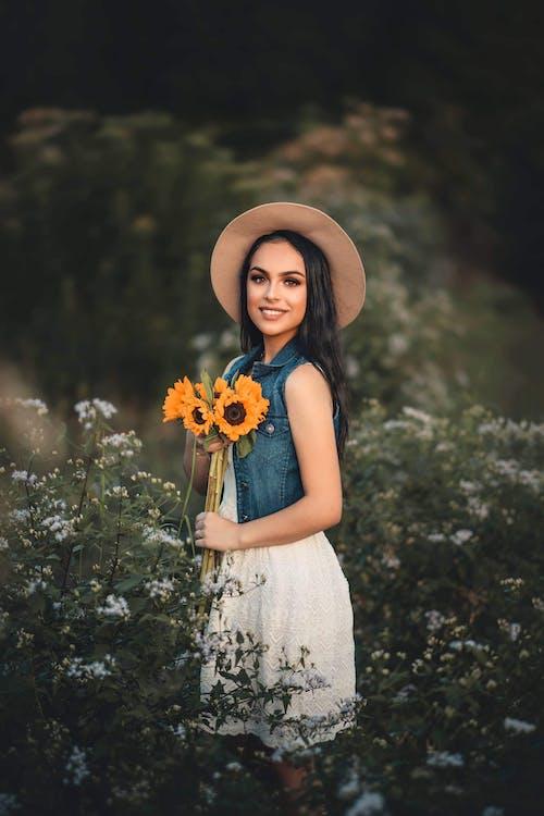 休閒裝, 向日葵, 女人, 微笑 的 免费素材照片