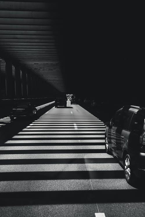 Безкоштовне стокове фото на тему «bw, автомобілі, архітектура, всередині»
