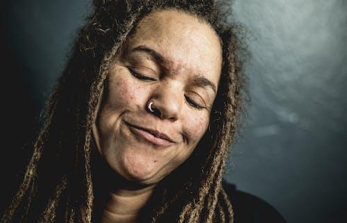 Gratis stockfoto met gezicht, gezichtsuitdrukking, glimlachen, knappe vrouw