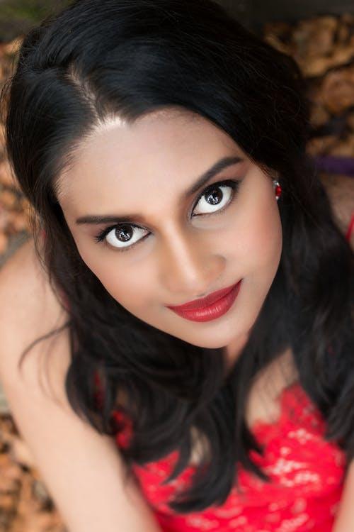 Kostnadsfri bild av indisk flicka, modell, röda läppar, skog
