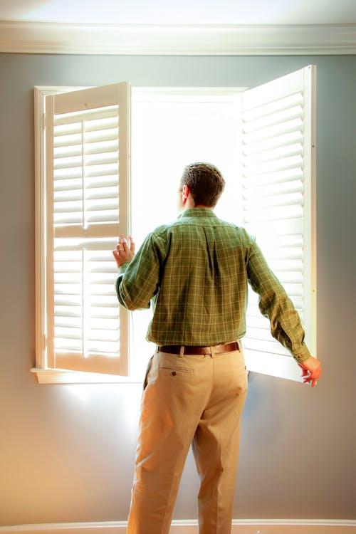 人, 室內, 牆壁 的 免費圖庫相片