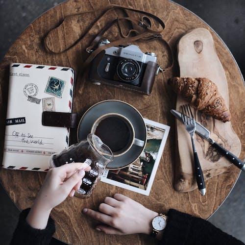 Fotobanka sbezplatnými fotkami na tému čierna, človek, croissant, detailný záber