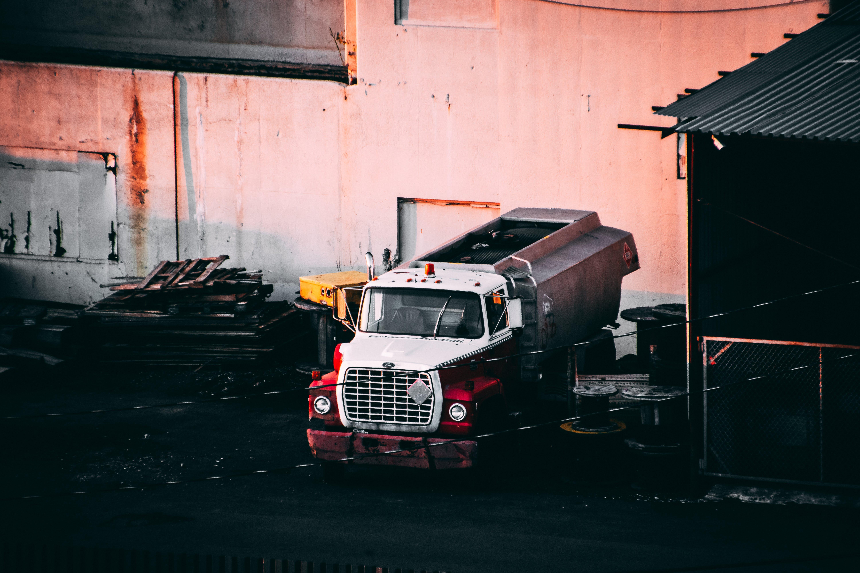 Kostnadsfri bild av bilverkstad, byggnad, färg, fordon