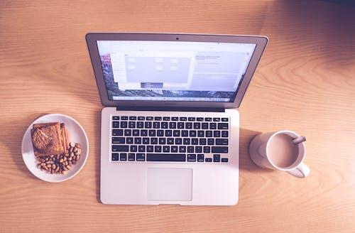 Бесплатное стоковое фото с macbook air, дерево, закуски, кружка