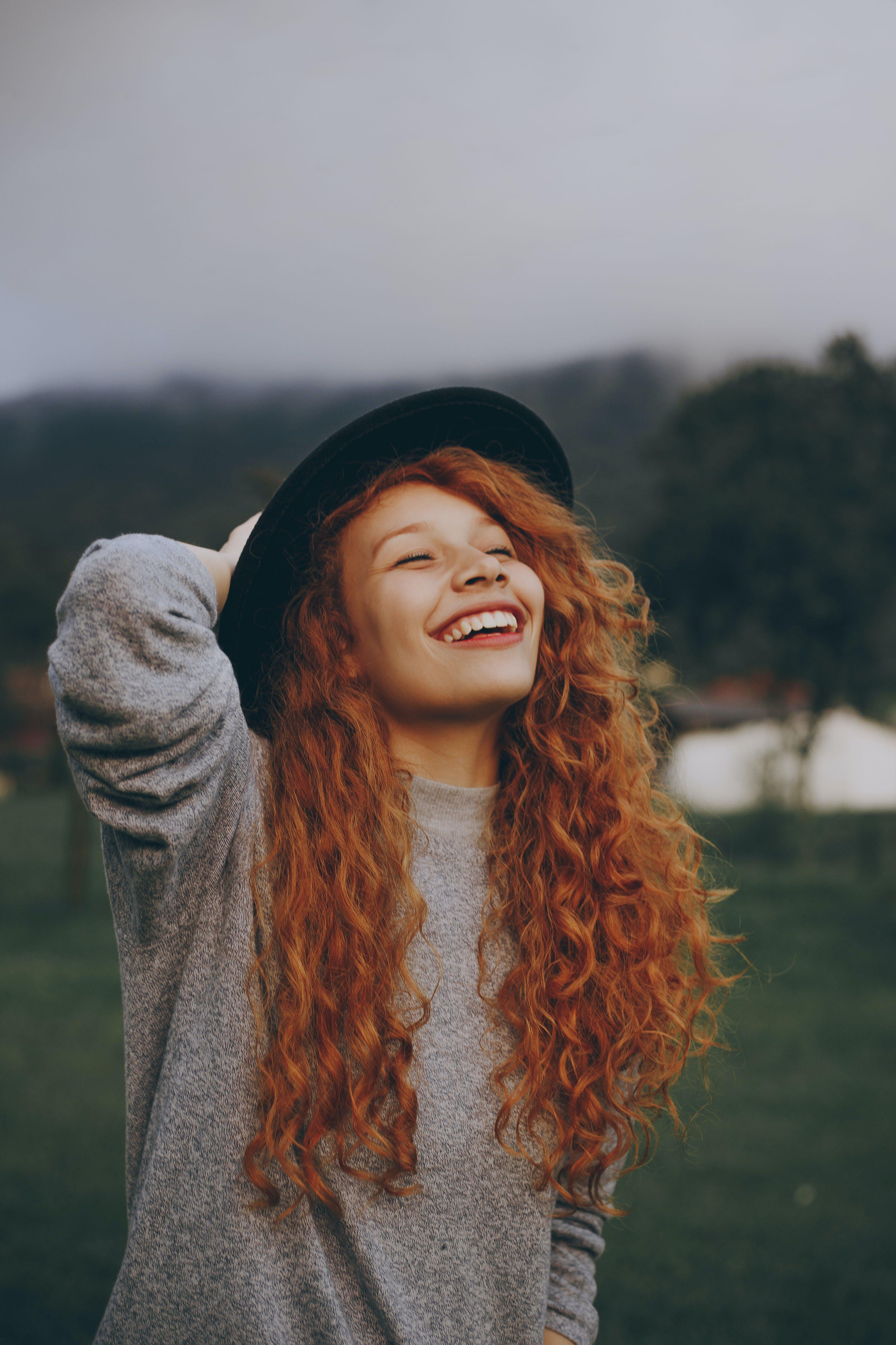 Kostnadsfri bild av ha på sig, kvinna, lycklig, mode