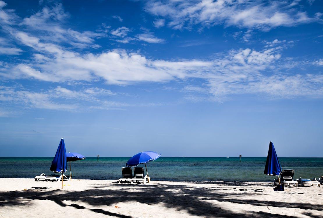 en la playa, en primera línea de mar, frente al mar