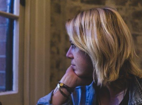 Fotobanka sbezplatnými fotkami na tému blond, blondína, človek, myslenie