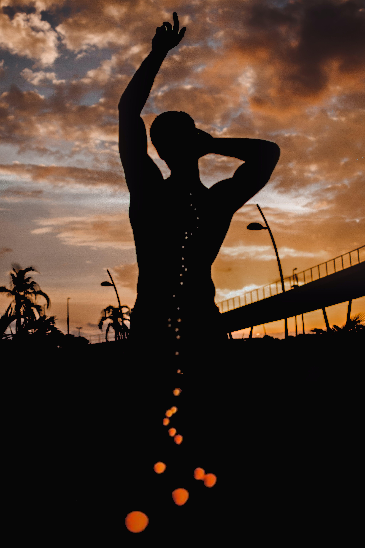 Základová fotografie zdarma na téma osoba, podsvícení, rozbřesk, silueta