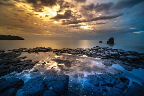 Δωρεάν στοκ φωτογραφιών με ακτή, αντανακλάσεις, απόγευμα, βράχια