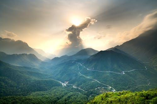Бесплатное стоковое фото с горный хребет, горы, деревья, дороги