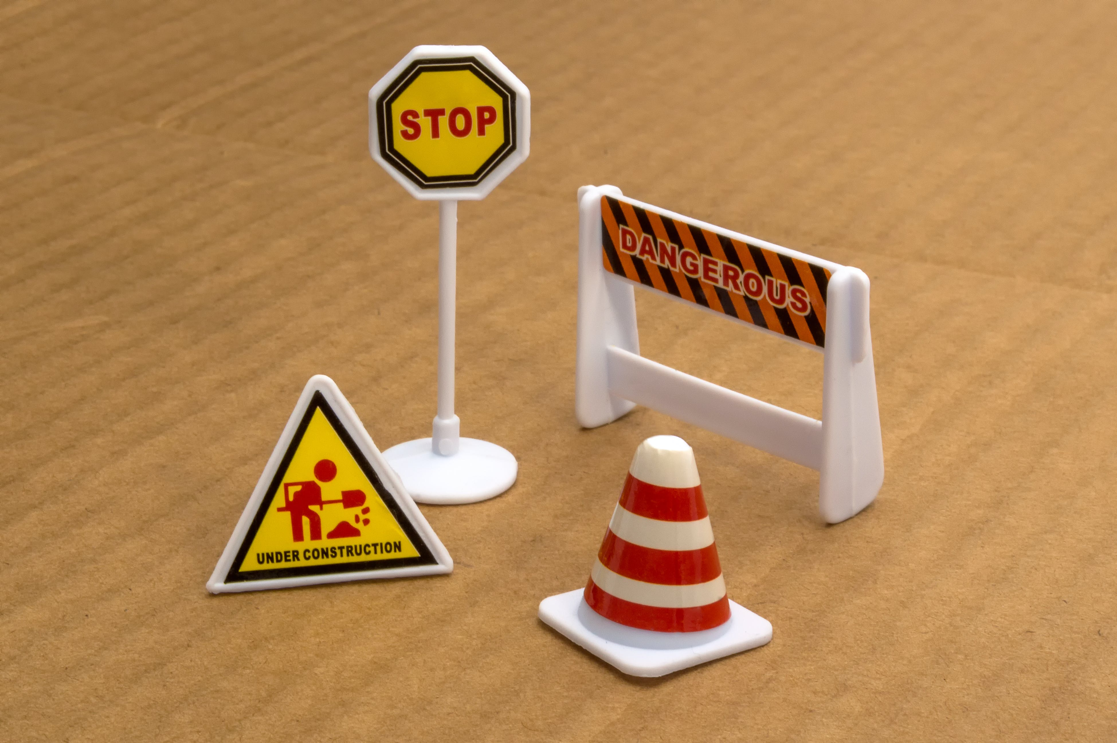 Free stock photo of bajo construccion, señales de precaución, Señales de transito, traffic signs