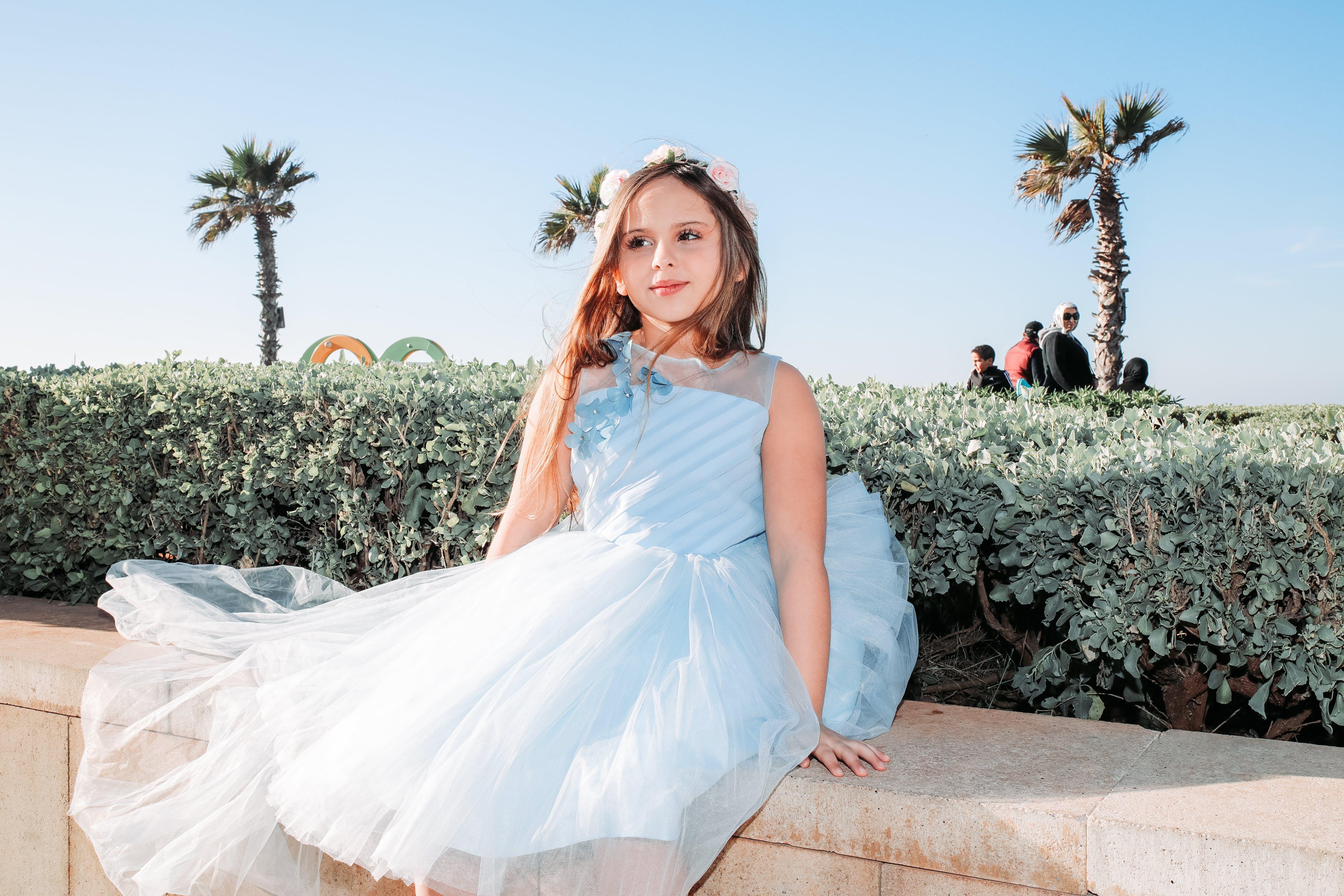 Fotobanka sbezplatnými fotkami na tému biele šaty, dieťa, dievča, korunka zkvetov