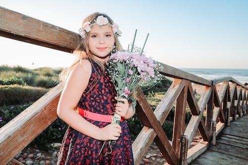 Fotobanka sbezplatnými fotkami na tému dieťa, dievča, drevené mólo, korunka zkvetov