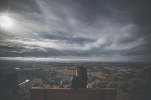 Bank, bulutlar, gökyüzü, kişi içeren Ücretsiz stok fotoğraf