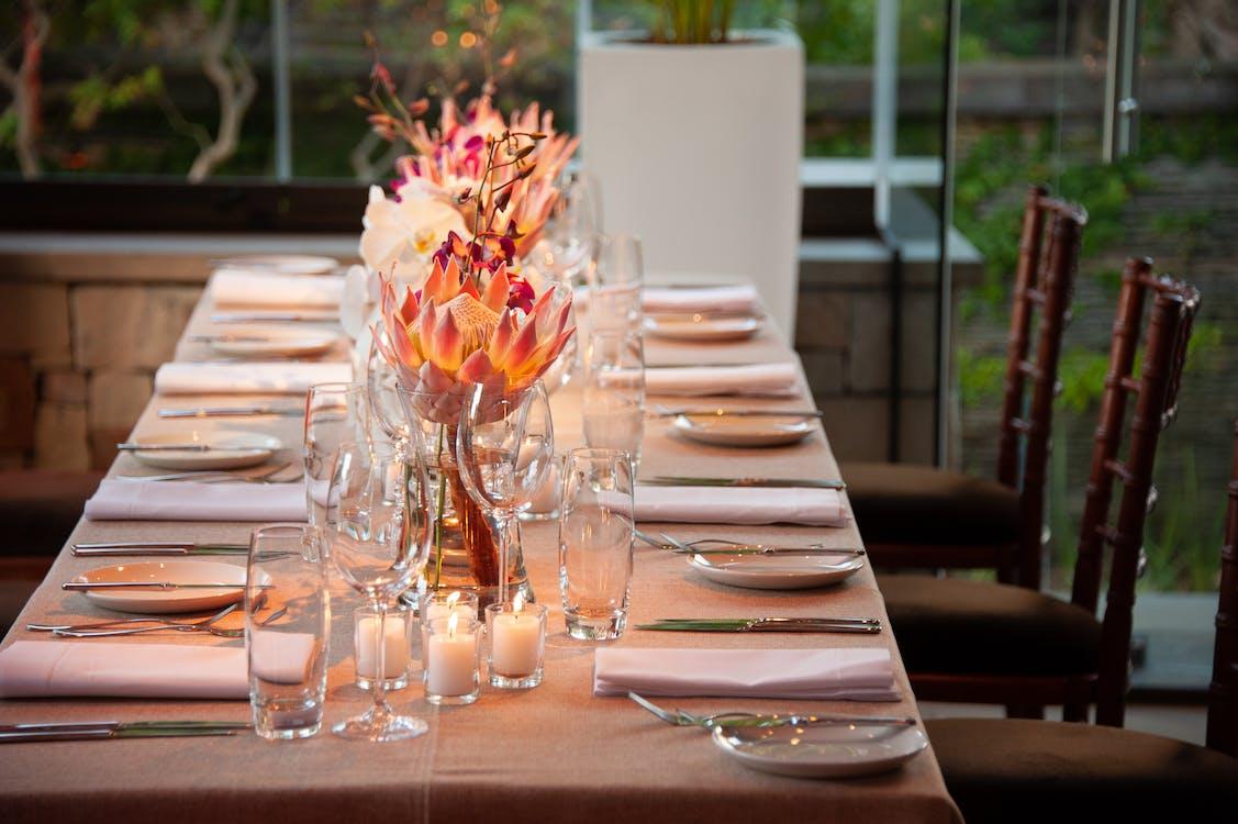 bestick, blommor, bord