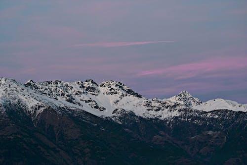 새벽 동안 눈 덮힌 산의 사진