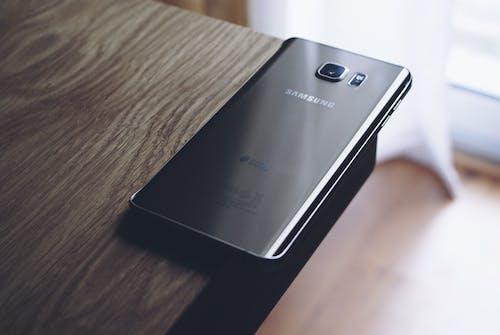 akıllı telefon, cep telefonu, elektronik, samsung kenar içeren Ücretsiz stok fotoğraf