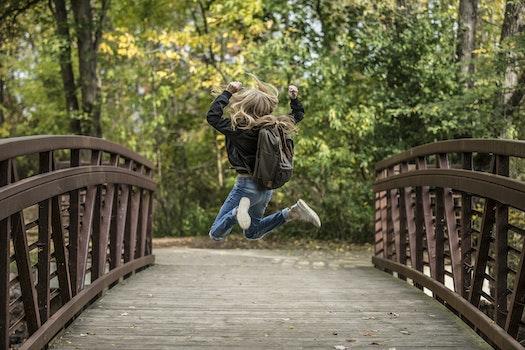 Kostenloses Stock Foto zu holz, person, mädchen, hüpfen
