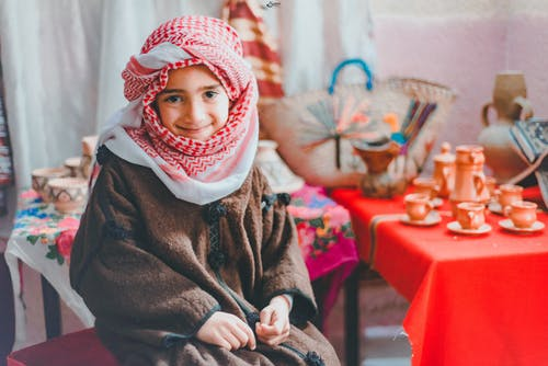 Ảnh lưu trữ miễn phí về con trai, keffiyeh, khăn quàng cổ, mỉm cười