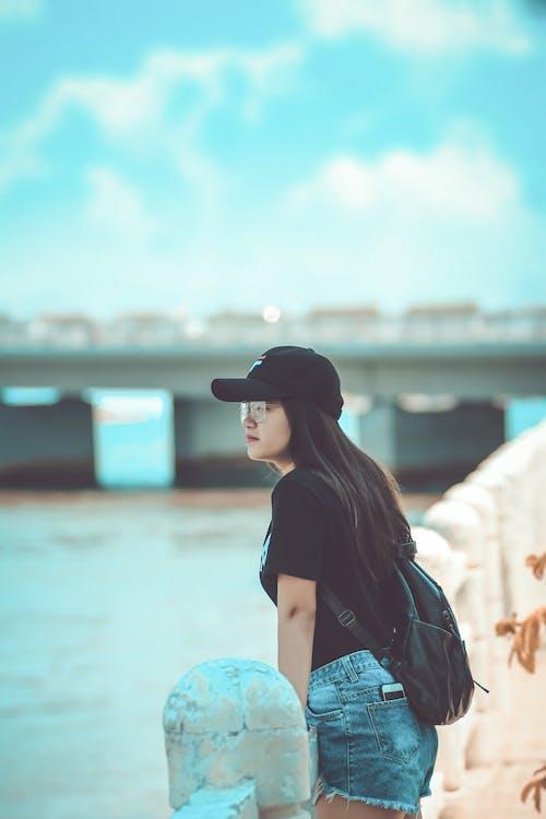 asya kadın, ayakta, bakan, deniz içeren Ücretsiz stok fotoğraf
