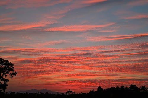 akşam, Akşam gökyüzü, akşam Güneşi, bulutlar içeren Ücretsiz stok fotoğraf