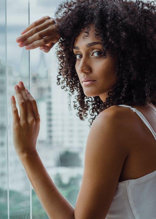 afrikalı-amerikalı kadın, Afro, afro saç, aşındırmak içeren Ücretsiz stok fotoğraf