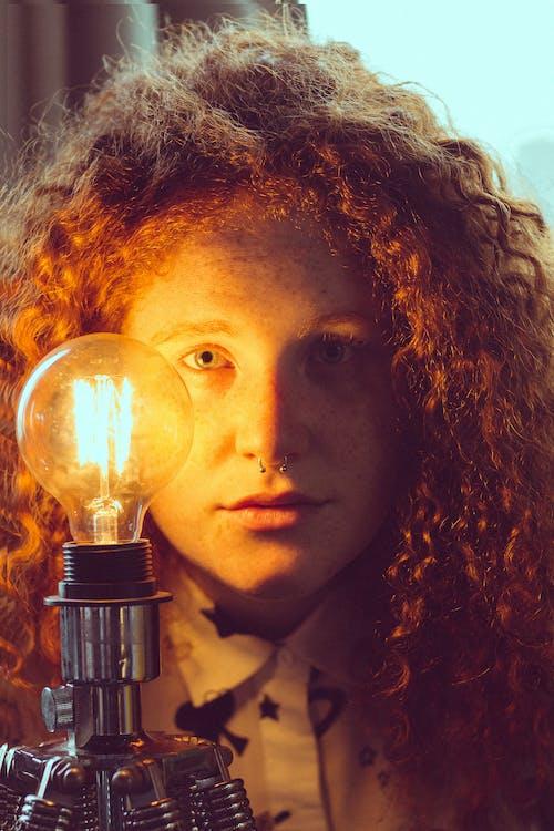 Kostenloses Stock Foto zu attraktiv, dame, die glühbirne, drinnen