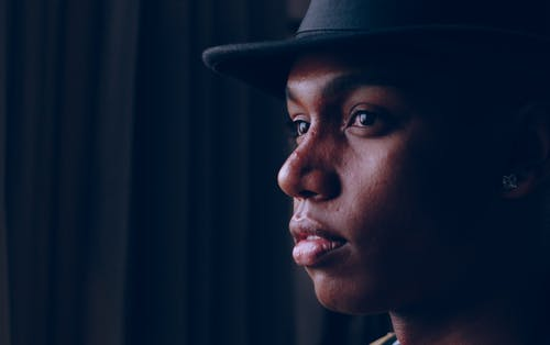Ilmainen kuvapankkikuva tunnisteilla afroamerikkalainen mies, asento, ilme, katsominen