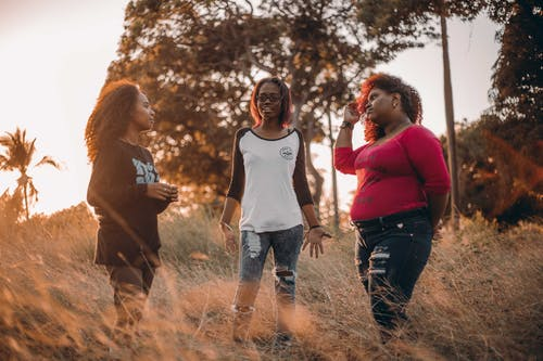 açık hava, afrikalı-amerikalı kadınlar, arkadaşlık, beraber içeren Ücretsiz stok fotoğraf