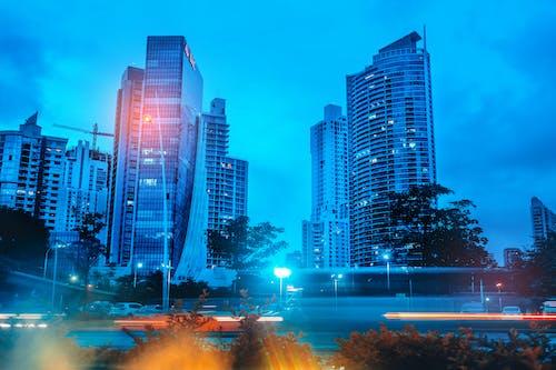 açık hava, aydınlatılmış, binalar, bulutlar içeren Ücretsiz stok fotoğraf