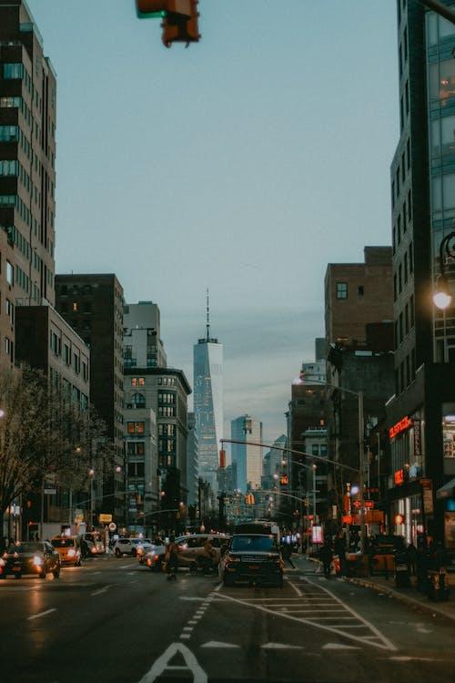 Fotobanka sbezplatnými fotkami na tému architektúra, asfalt, autá, budovy