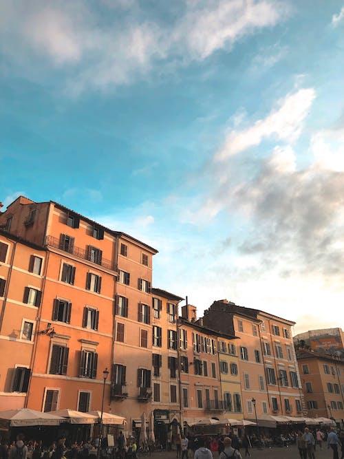Fotos de stock gratuitas de apartamentos, balcón, calle, calle ocupada