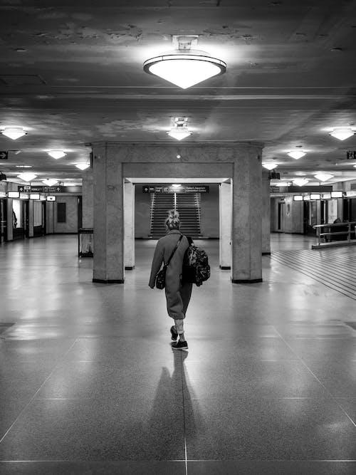 Δωρεάν στοκ φωτογραφιών με άνθρωπος, ασπρόμαυρο, γυναίκα, εσωτερικοί χώροι