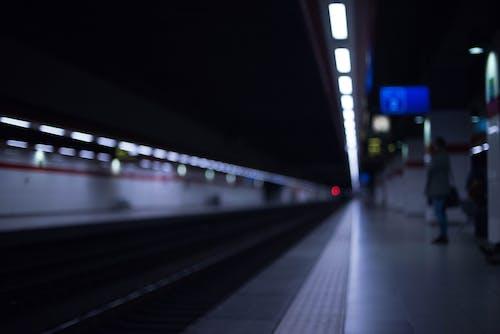 Gratis lagerfoto af jernbane, sløret, sløret baggrund, station