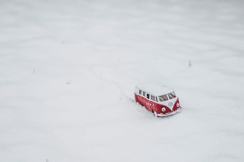 Foto d'estoc gratuïta de blanc, color, cotxe de joguina, cotxe de joguina vermell