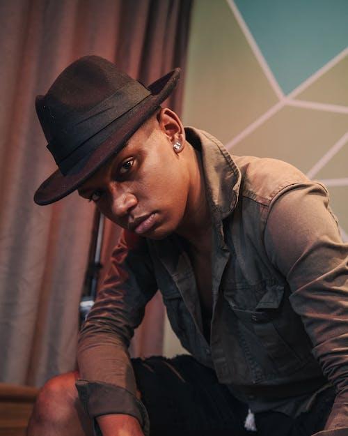 Безкоштовне стокове фото на тему «афроамериканський чоловік, вираз обличчя, капелюх, людина»