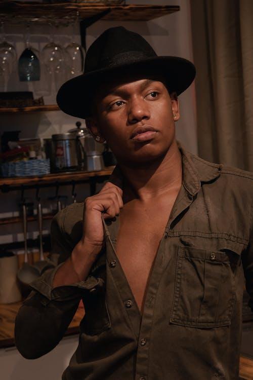 Kostenloses Stock Foto zu afroamerikanischer mann, filzhut, gesichtsausdruck, gut aussehend