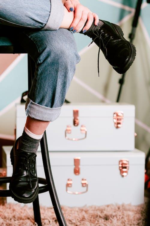 Základová fotografie zdarma na téma boty, černé boty, denimové džíny, holinky