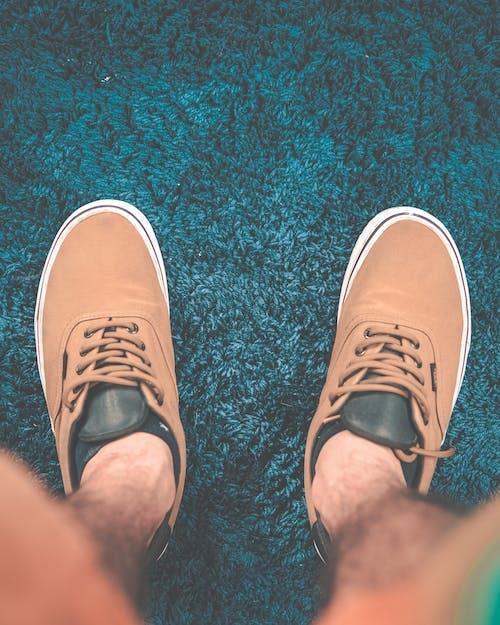 Бесплатное стоковое фото с кеды, ноги, обувь, одежда