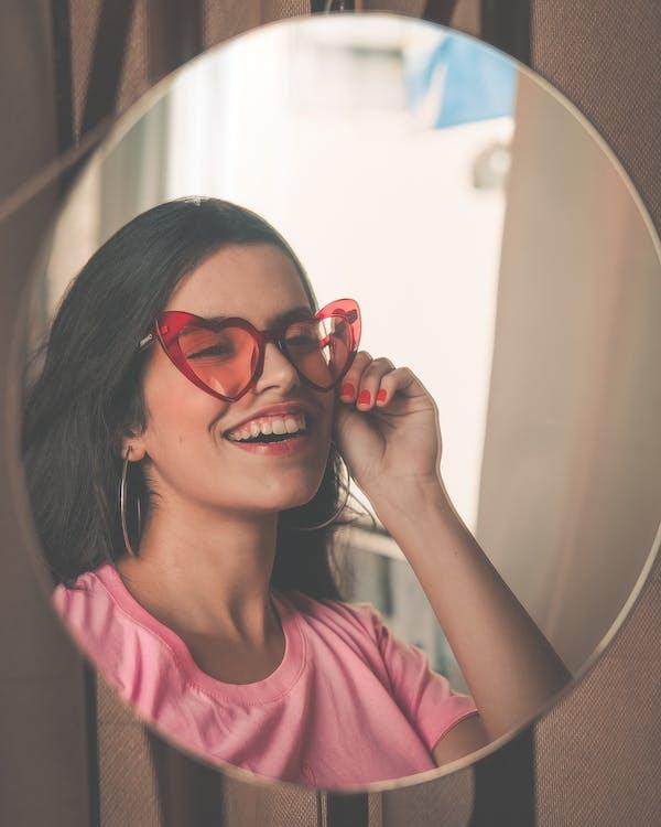 Femme Souriante, Porter, Lunettes Soleil Rouges
