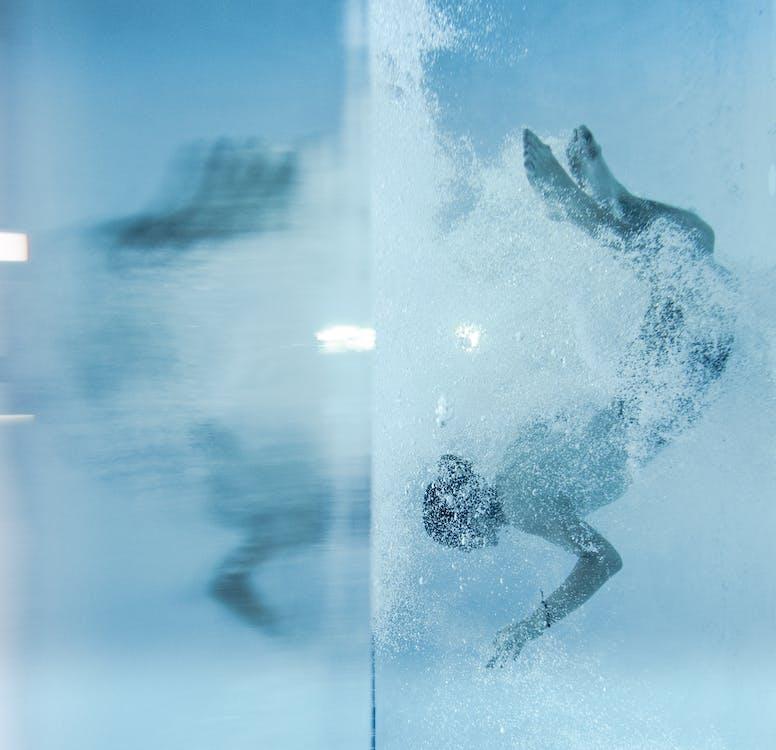 Pessoa A Mergulhar Debaixo De água