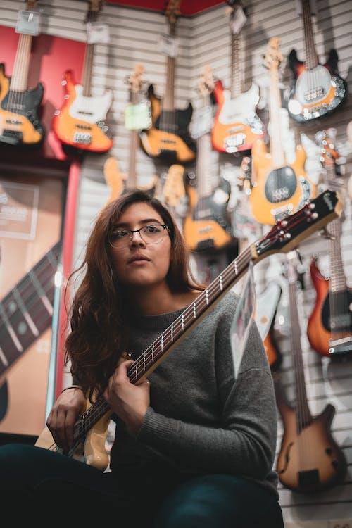 Foto profissional grátis de atraente, beleza, guitarra elétrica, guitarrista